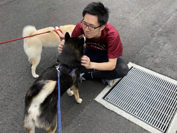 札幌テニスコートレンタル施設 PLACEOFSPORTSNE 看板犬 柴犬2匹